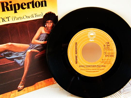 45 tours promo à label orange de Minnie Riperton sur canapé